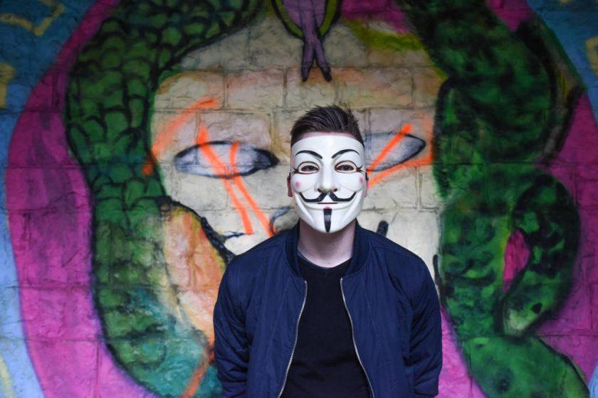 Mężczyzna w masce anonymous